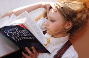 dziewczynka z książką do nauki angielskiego