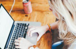 kobieta z laptopem szukająca pożyczki na klik