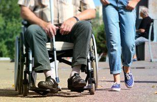 osoba na wózku z opiekunem